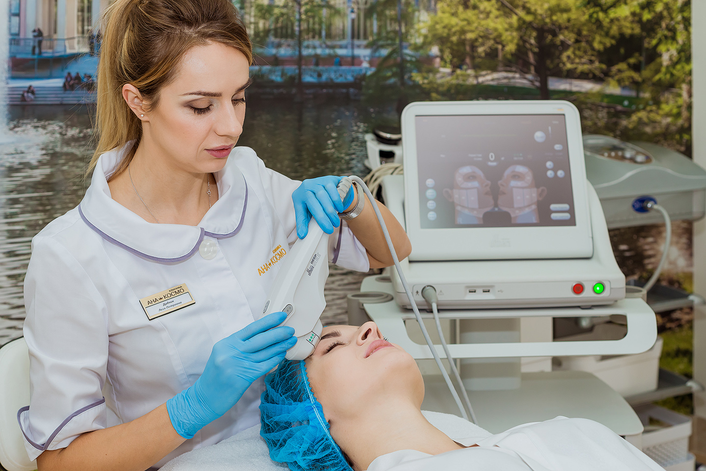 Проведення процедури на апараті безопераційної підтяжки шкіри АЛЬТЕРА (США)АЛЬТЕРА - це унікальний апарат безоперационного ліфтингу шкіри. Процедуру проводять тільки сертифіковані лікарі, які пройшли спеціальне навчання