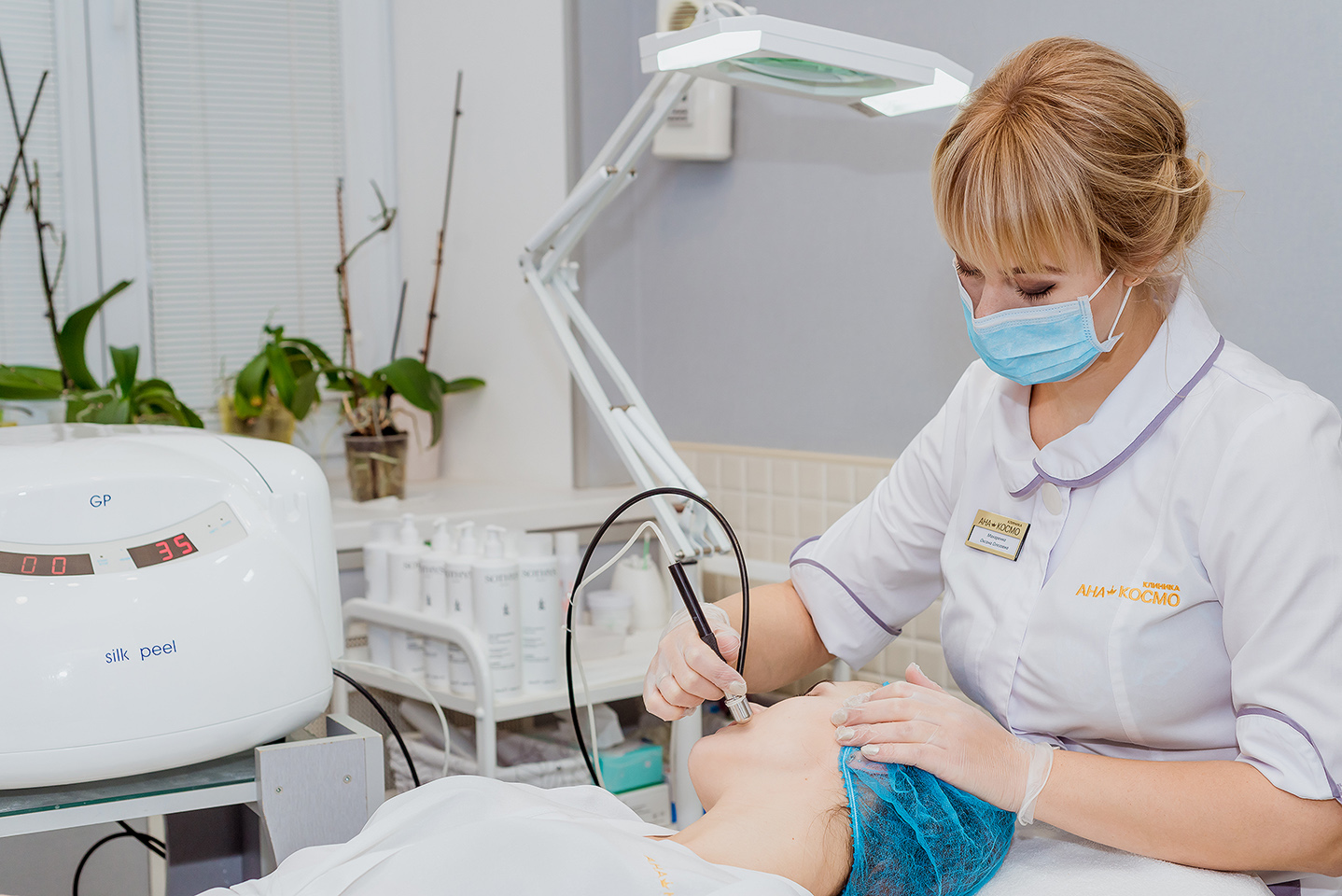 За допомогою апарату мікродермабразії або мікрошліфовки в клініці АНА-КОСМО Ваша шкіра стане гладкою і сяючою!Досвід і висока кваліфікація лікаря - гарантія безпеки і результативності процедури