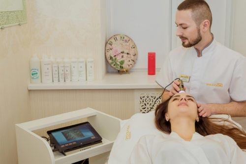 Диагностика заболеваний волос, кожи и результативное лечениеВ клинике АНА-КОСМО используются самые передовые аппараты диагностики, например, ультразвуковой аппарат Corteх