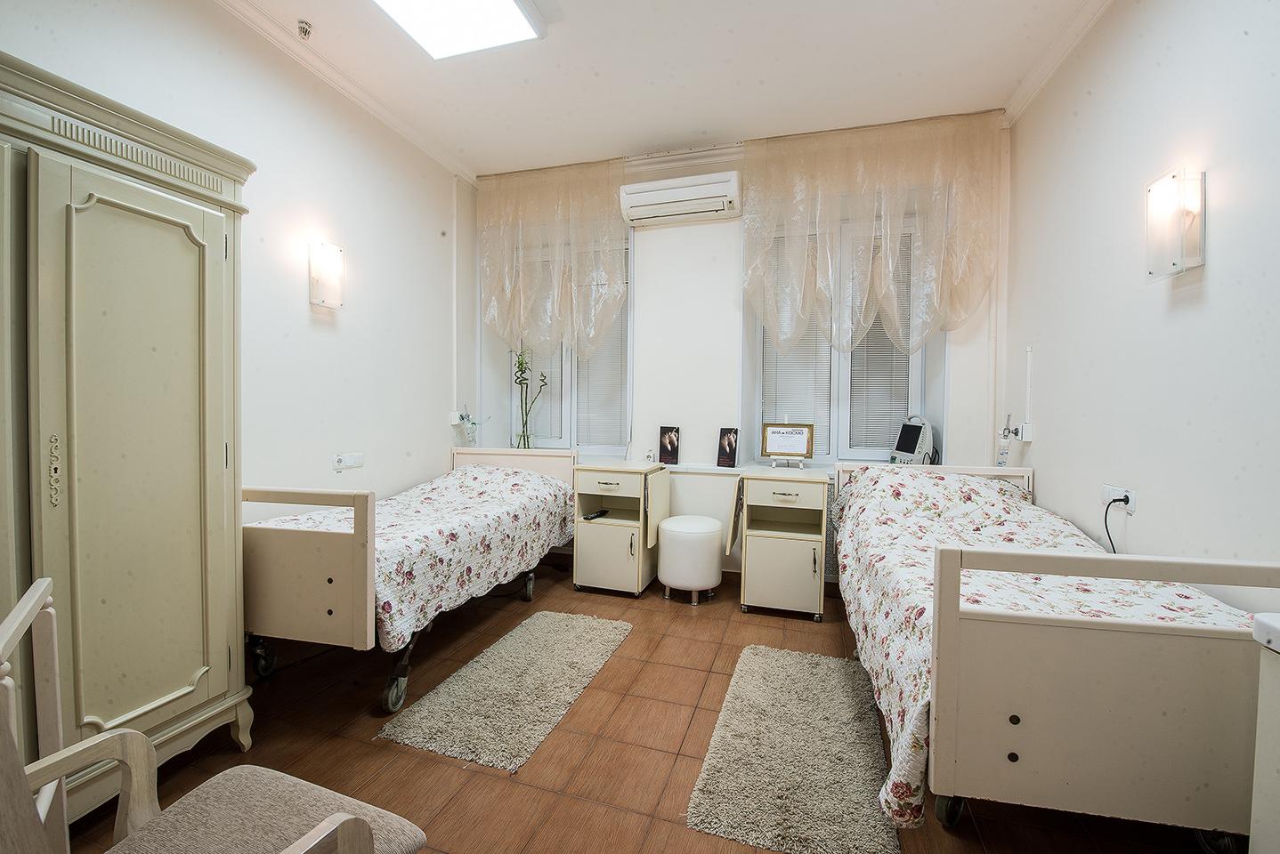 Уютнаядвухместная палата клиникиВ двухместной палате Вы будете очарованы заботой медицинского персонала