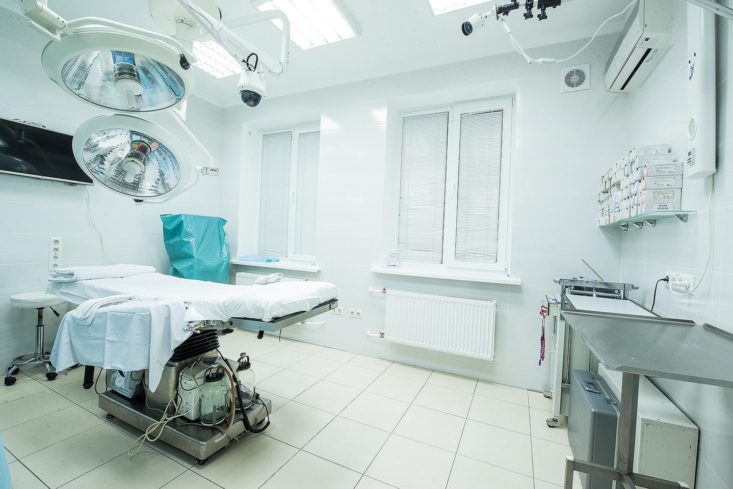 Високотехнологічна, оснащена новітнім обладнанням операційна клініки АНА-КОСМОВ операційній оперували найвідоміші пластичні хірурги світу, які оцінили її високу технологічність.У АНА-КОСМО використовується ксеноновий наркоз - найбезпечнішийу світі; на Заході його застосовують навіть яклікувальний сон!
